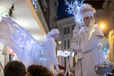 Les visiteurs du Marché de Noël d'Angers visités par d'étranges personnages féeriques