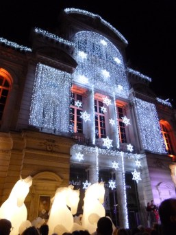 Les illuminations subliment l'architecture des bâtiments autour du Marché de Noël d'Angers