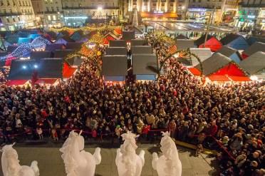 La foule se presse sur le Marché de Noël d'Angers