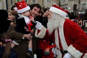 Un bébé émerveillé devant le Père-Noël