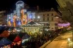 Animations Soleils d'hiver 2012, vue en plongée sur les illuminations et les chalets du marché de Noël lors de la soirée d'ouverture, place du Ralliement