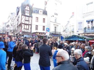Le public enjoué de la prestation de l'Arsenic Fanfare